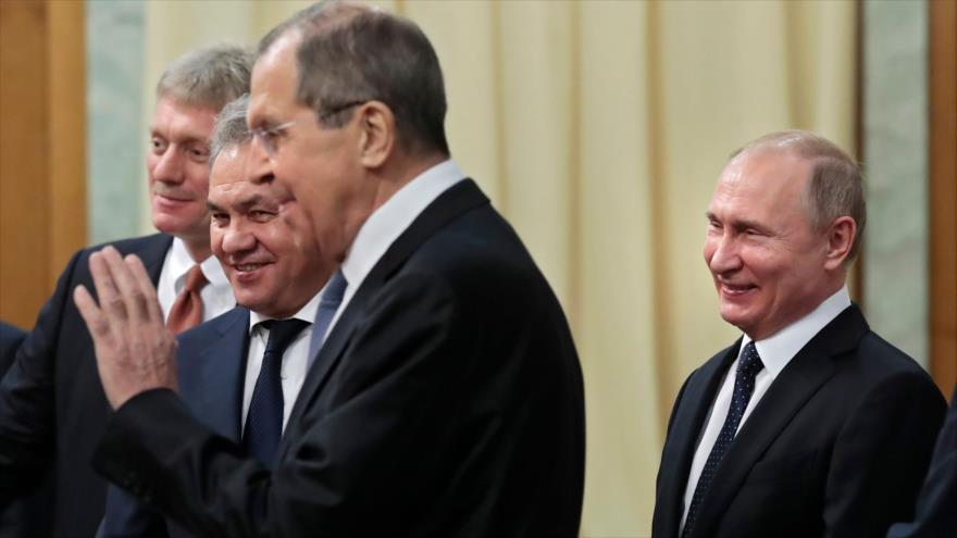 El presidente ruso, Vladimir Putin, junto a miembros de su Gabinete, 14 de febrero de 2019. (Foto: AFP)