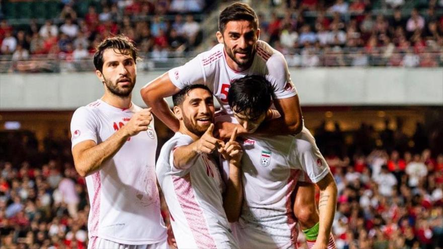 Los futbolistas iraníes celebran su primer gol, anotado por el delantero Sardar Azmun, ante Hong Kong, 10 de septiembre de 2019. (Foto: ffiri.ir)