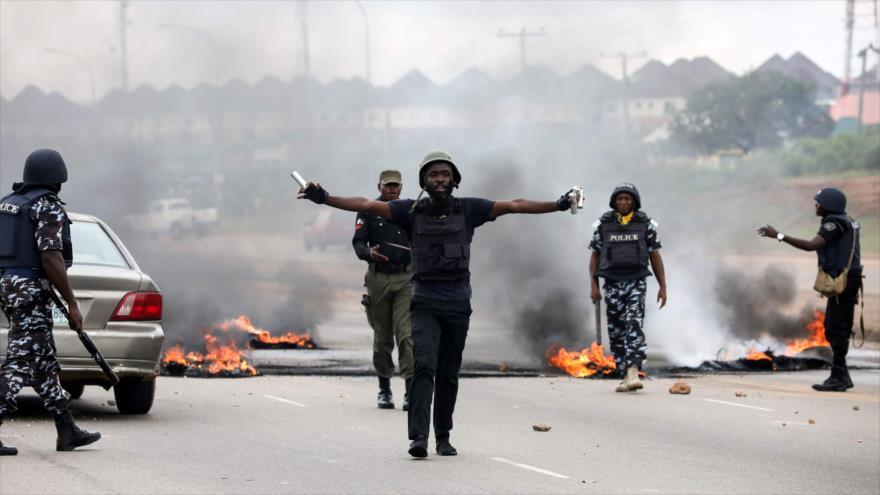 Fuerzas nigerianas lanzan gases lacrimógenos para dispersar a los manifestantes durante una protesta en Abuya, 4 de septiembre de 2019. (Foto: AFP)