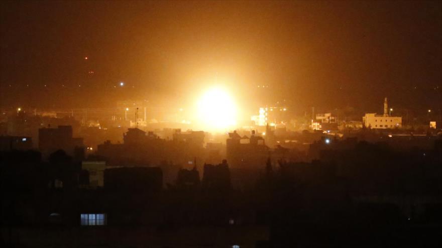 Una columna de humo y fuego se levanta de un área en la ciudad de Rafah, en la Franja de Gaza, por ataque de aviones israelíes, 27 de marzo de 2019.