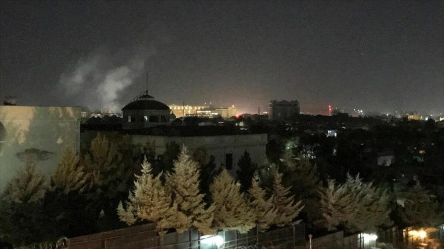 Una columna de humo se eleva cerca de la embajada de EE.UU. en Kabul, capital afgana, 11 de septiembre de 2019.