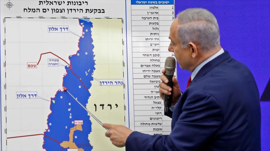 El primer israelí, Benjamín Netanyahu, señala un mapa del Valle del Jordán y promete anexionar la zona, 10 de septiembre de 2019. (Foto: AFP)