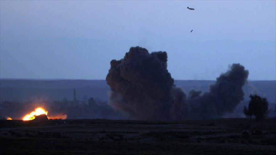 Un caza de la llamada coalición anti-EIIL, lanza un ataque contra el pueblo de Al-Baghouz en Deir Ezzor, este de Siria, 19 de febrero de 2019. (Foto: AFP)