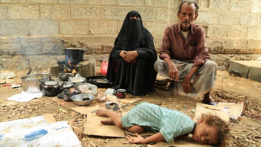 Una familia yemení vive entre los escombros de su casa destruida por bombardeos saudíes.