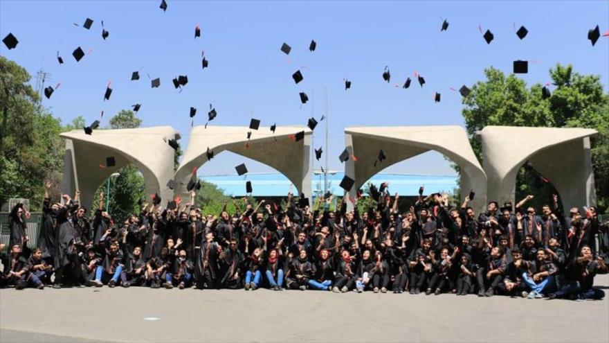 Estudiantes de la Universidad de Teherán celebran su graduación frente a la fachada del campus universitario.