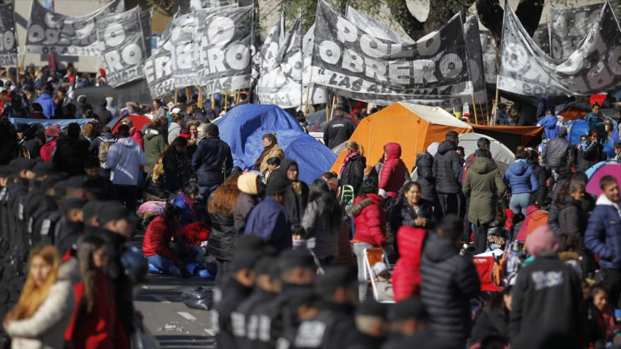 Argentinos acampados frente al Ministerio de Desarrollo Social reclaman un plan de emergencia alimentaria, 12 de septiembre de 2019. (Foto: AFP)