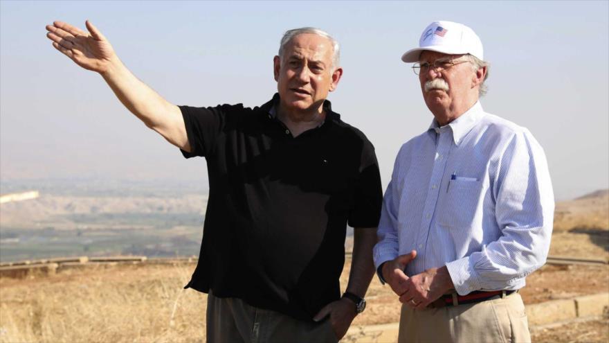El premier israelí, Benjamín Netanyahu (izda.), enseña al ahora destituido asesor de Seguridad de Casa Blanca un valle en la ocupada Cisjordania, 23 de junio de 2019.