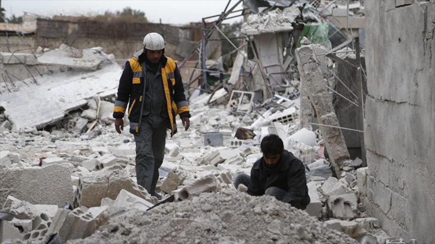 Un miembro de los llamados cascos blancos en una área en Idlib, noroeste sirio.