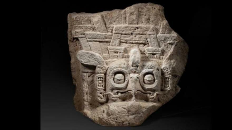 El fragmento de la estela 9 de Piedras Negras.