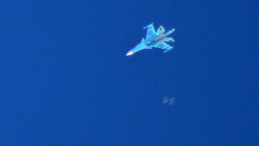Un avión de combate ruso Sujoi Su-34 bombardea las posiciones terroristas en el sur de Idlib, Siria, 7 de septiembre de 2018. (Foto: AFP)