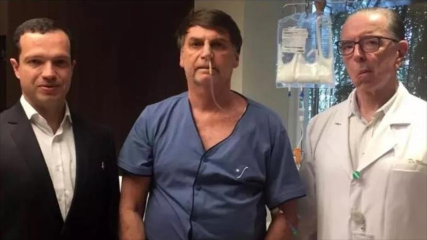 El presidente de Brasil, Jair Bolsonaro (centro), junto a los médicos que lo operaron, 12 de septiembre de 2019.