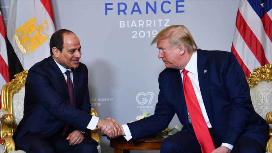 El presidente de EE.UU., Donald Trump (drcha.), reunido con su par egipcio, Abdel Fatah al-Sisi, en Francia, 26 de agosto de 2019. (Foto: AFP)