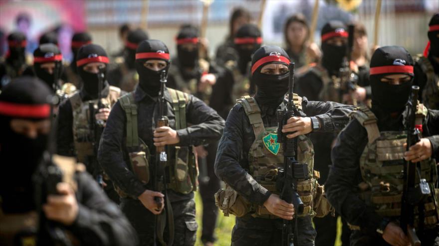 Milicianos kurdos de las Unidades de Protección Popular (YPG, por sus siglas en kurdo) en un desfile militar en Siria, 27 de marzo de 2019. (Foto: AFP)