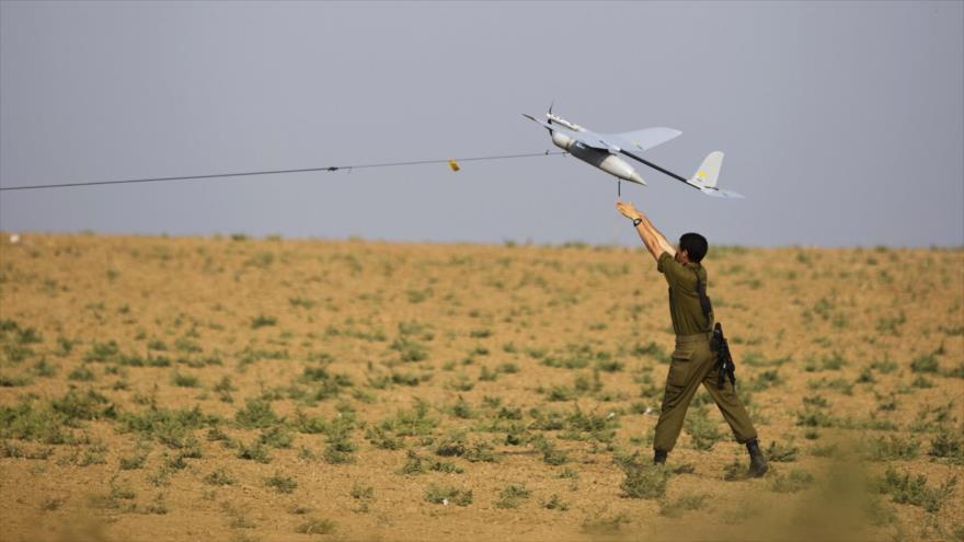 Un soldado israelí lanza un avión no tripulado (dron) cerca de la Franja de Gaza.