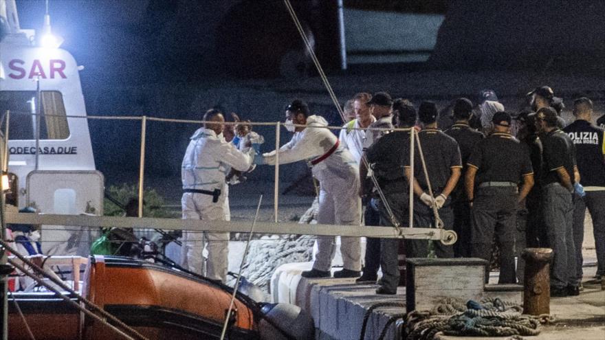 """Barco """"Ocean Viking"""" con 82 migrantes a bordo desembarca en Italia"""