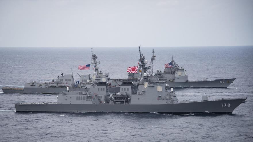 Los destructores de EE.UU. y Japón en una maniobra militar en el mar de Filipinas, 28 de abril de 2017 (Foto: AFP)