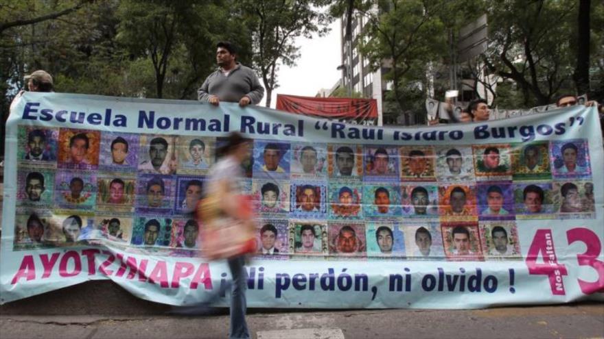 Un cartel recuerda a los 43 estudiantes mexicanos desaparecidos de Ayotzinapa en 2014.