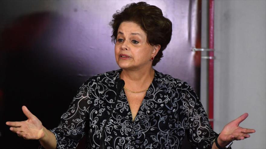 La expresidenta brasileña Dilma Rousseff habla desde la ciudad de Sao Paulo, 25 de enero de 2018. (Foto: AFP)