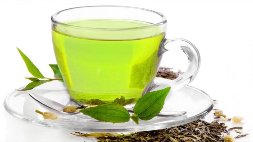 Beber té de manera regular mejora la salud cerebral.