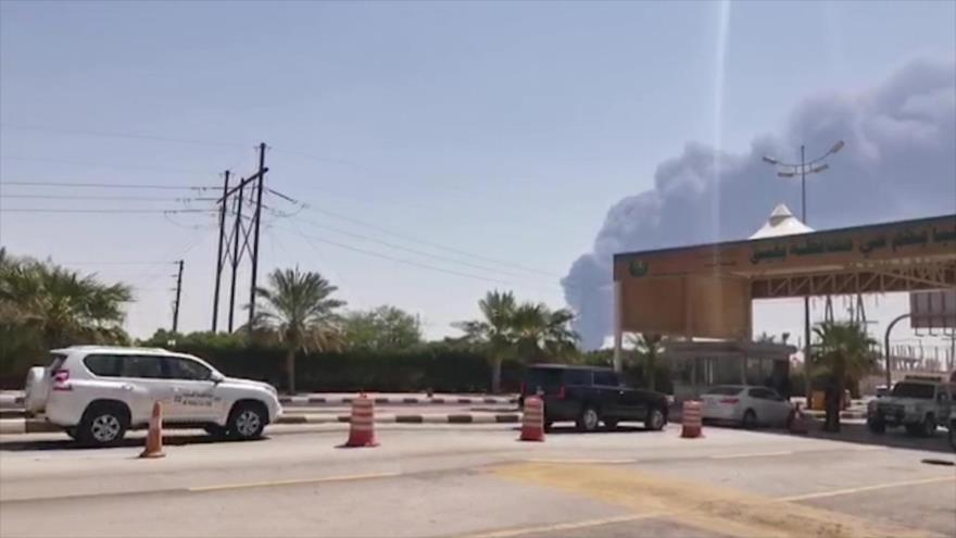 Columna de humo tras un incendio en una planta de la petrolera saudí Aramco en el este del reino árabe, 14 de septiembre de 2019. (Foto: AFP)