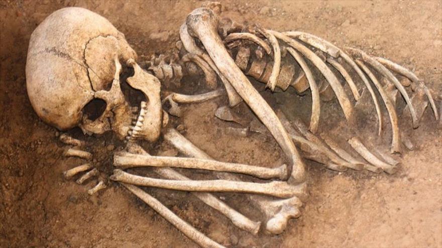 Esqueleto humano en una tumba.