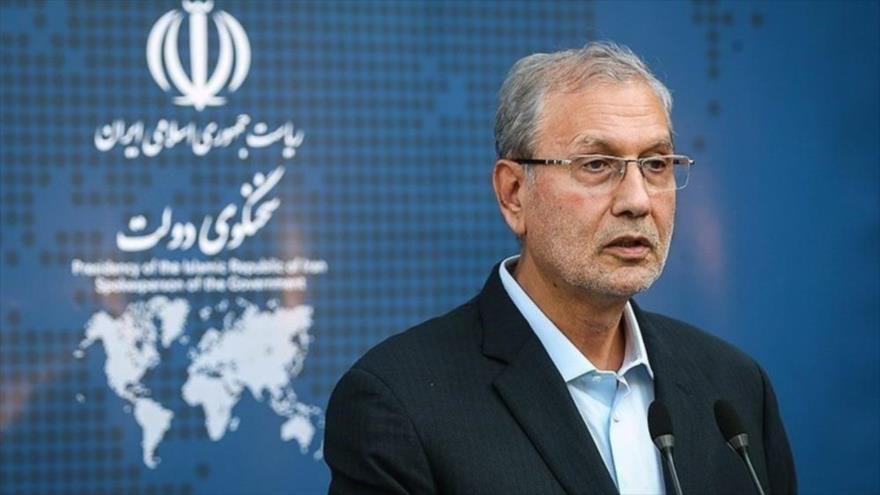 El portavoz del Ejecutivo iraní, Ali Rabiei, habla en una rueda de prensa en Teherán, capital de Irán.