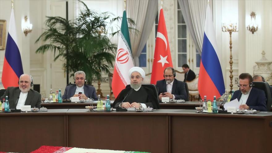 El presidente de Irán, Hasan Rohani (centro), en la reunión Irán-Turquía-Rusia en Ankara, capital turca, 16 de septiembre de 2019. (Foto: President.ir)