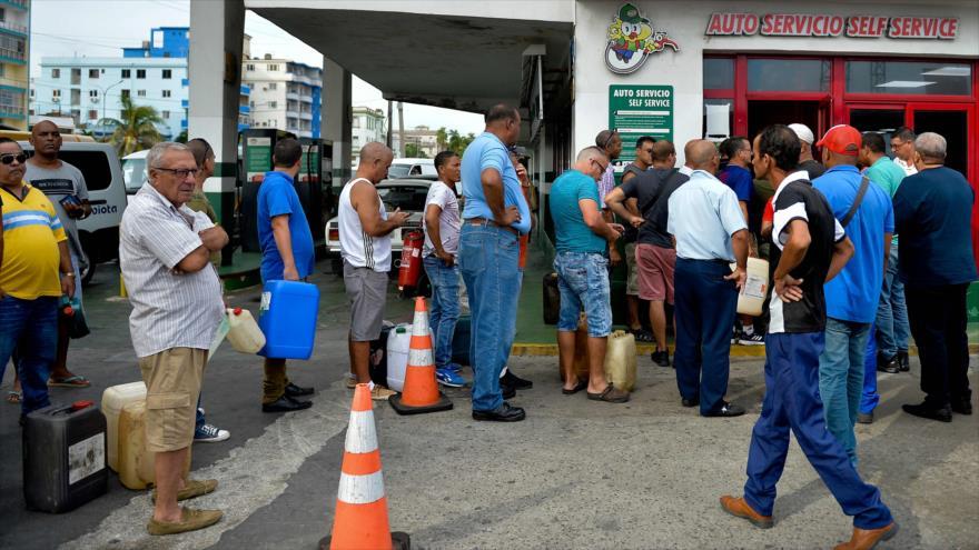 Los cubanos hacen cola para comprar combustible en una estación de servicio en La Habana, 12 de septiembre de 2019. (Foto: AFP)