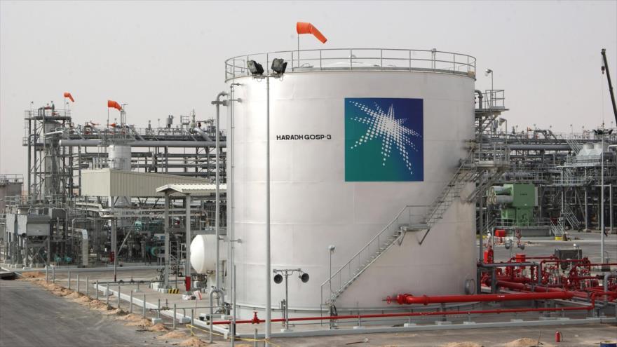 Una vista general de los tanques de petróleo en una planta en Haradh, al suroeste de la ciudad saudí de Dhahran. (Foto: AFP)