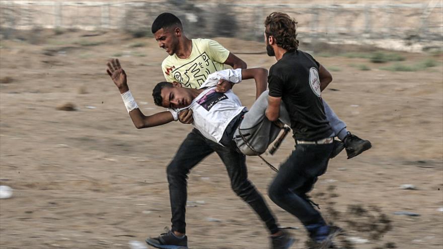 Llevan a un joven palestino herido en enfrentamientos con fuerzas israelíes en el sur de la Franja de Gaza, 13 de septiembre de 2019. (Foto: AFP)