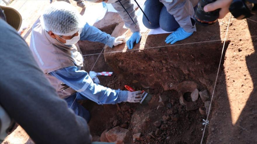 Trabajos de arqueólogos bolivianos en el templo de Kalasasaya, uno de los monumentos líticos más importantes de la ciudadela prehispánica de Tiahuanaco, en Bolivia.