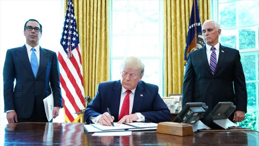 El presidente de EE.UU., Donald Trump, firma un decreto en la Casa Blanca, Washington, 24 de junio de 2019. (Foto: AFP)