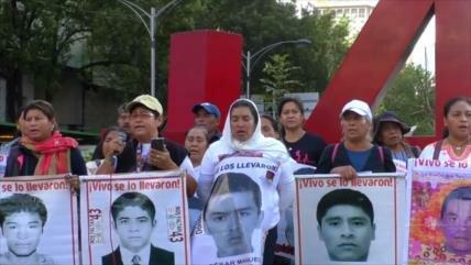 López Obrador recibe a padres de los 43 estudiantes de Ayotzinapa
