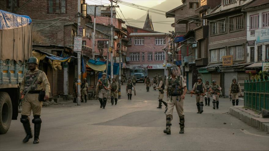 El personal de seguridad indio camina en una calle en Srinagar, en Cachemira administrada por La India, 9 de agosto de 2019. (Foto: AFP)