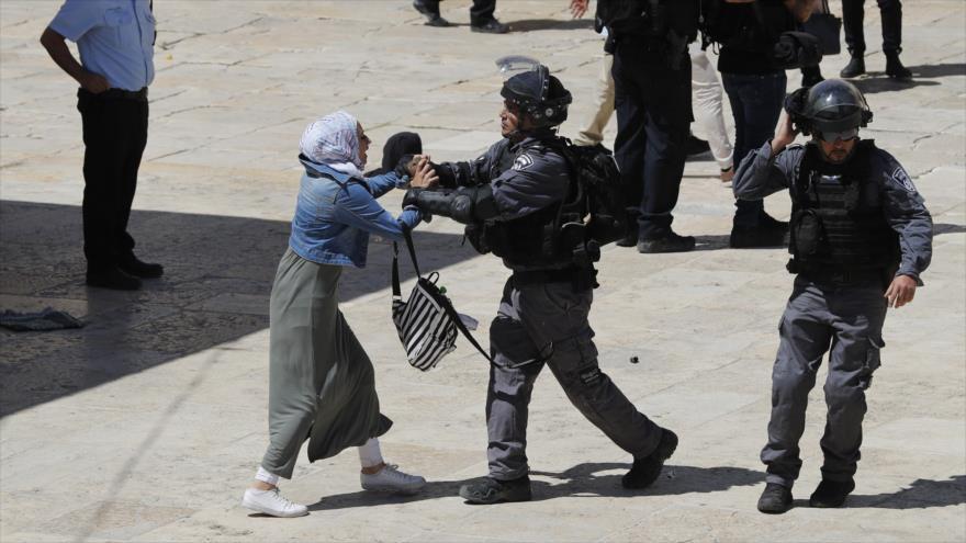 Fuerzas israelíes reprimen a ciudadanos palestinos en el recinto de la Mezquita Al-Aqsa en Al-Quds, 11 de agosto de 2019. (Foto: AFP)