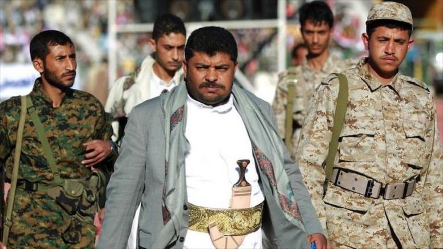 El presidente del Comité Supremo Revolucionario yemení, Muhamad Ali al-Houthi, junto a combatientes de Ansarolá.