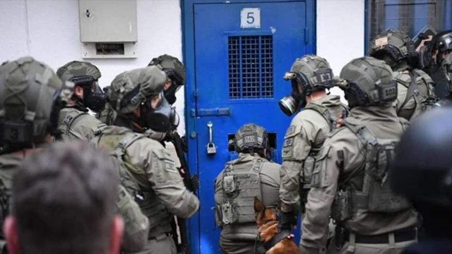 Las fuerzas especiales israelíes irrumpen en la cárcel de Ofer para reprimir a los palestinos prisioneros, 21 de enero de 2019.