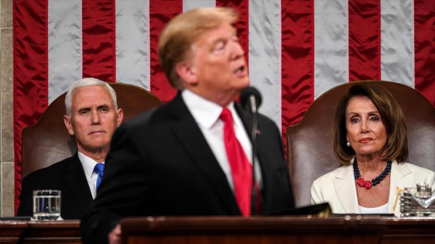 La líder demócrata de EE.UU., Nancy Pelosi, observa al presidente Donald Trump, Washington, 5 de febrero de 2019. (Foto: AFP)