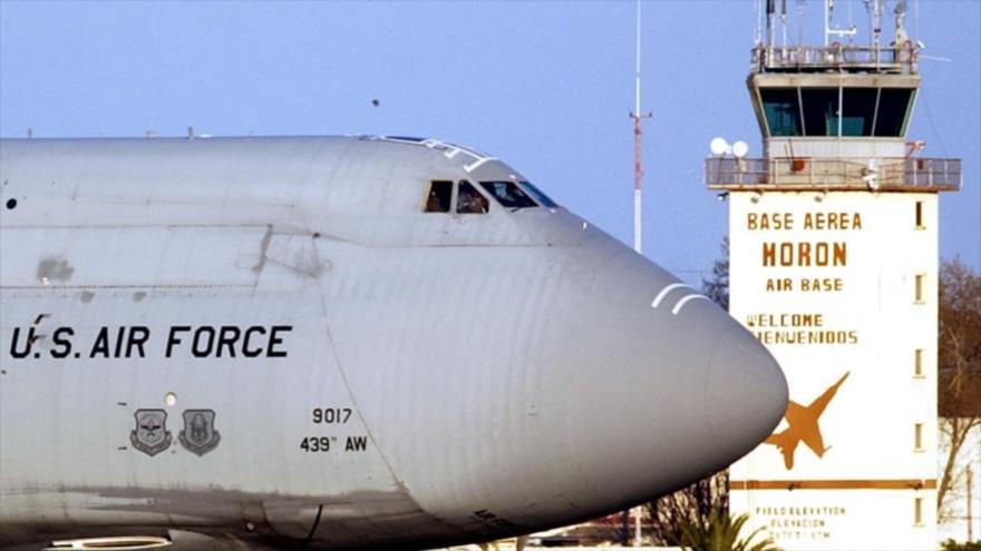 Un avión de la Fuerza Aérea de EE.UU. estacionado en la base aérea española de Morón de la Frontera.