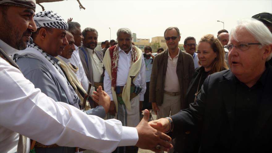El enviado de la ONU para Yemen, Martin Griffiths (dcha.), y los funcionarios designados por Ansarolá en Al-Hudayda, 29 de enero de 2019. (Foto: AFP)