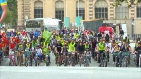 Ciclistas circulan en carretera en el Día Mundial sin Coches