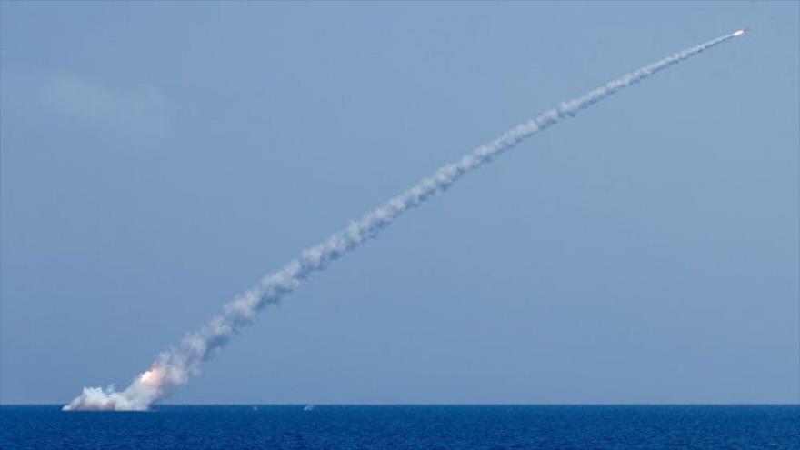 Un misil de crucero Kalibr lanzado desde un buque ruso en el mar Mediterráneo.