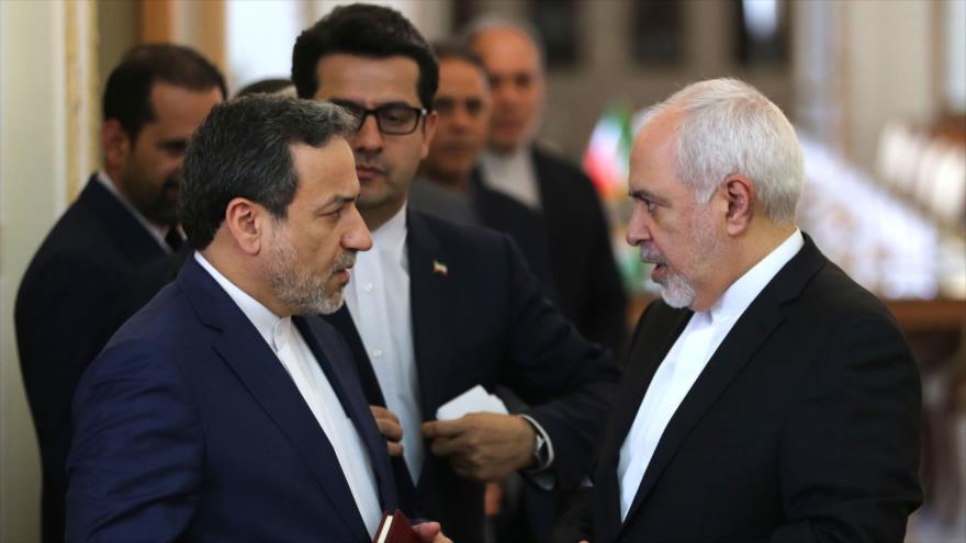 El canciller de Irán, Mohamad Yavad Zarif (drcha.), habla en Teherán con el vicecanciller iraní para Asuntos Políticos, 12 de junio de 2019. (Foto: AFP)