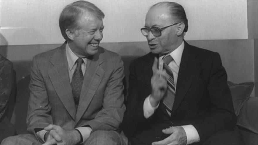 El ex primer ministro israelí Menachem Begin (drcha.) y el expresidente estadounidense Jimmy Carter.