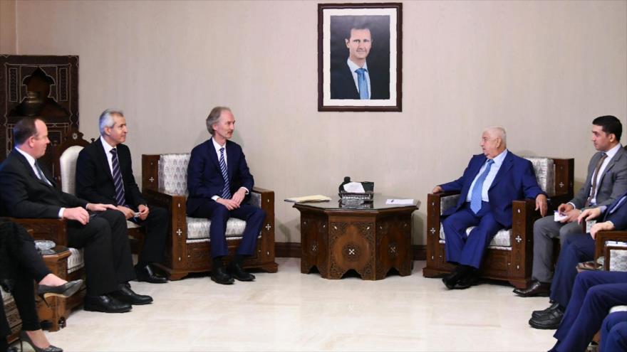 El canciller sirio, Walid al-Moalem (dcha.), con el enviado especial de la ONU para Siria, Geir Pedersen, en Damasco, 23 de septiembre de 2019. (Foto: AFP)