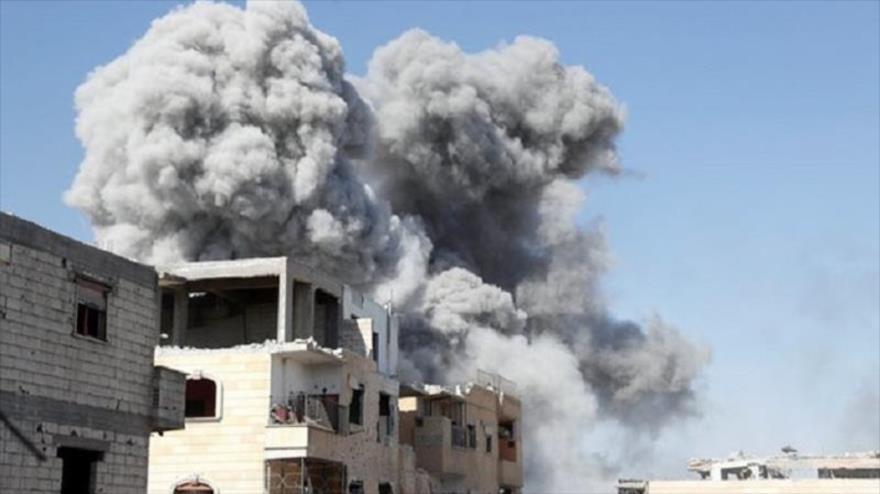 Una humareda se eleva tras un ataque aéreo de EE.UU. y sus aliados contra la ciudad siria de Al-Raqa, 4 de octubre de 2017. (Fuente: Reuters)
