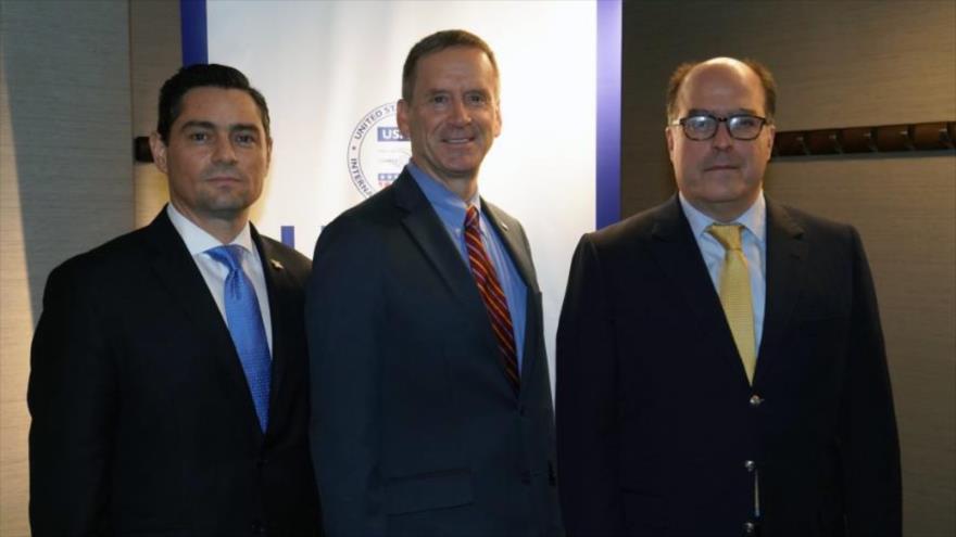 (De izda. a decha.) enviado de Juan Guaidó en EE.UU., Carlos Vecchio, el administrador de la USAID, Mark Green, y Julio Borges, 24 de septiembre de 2019.