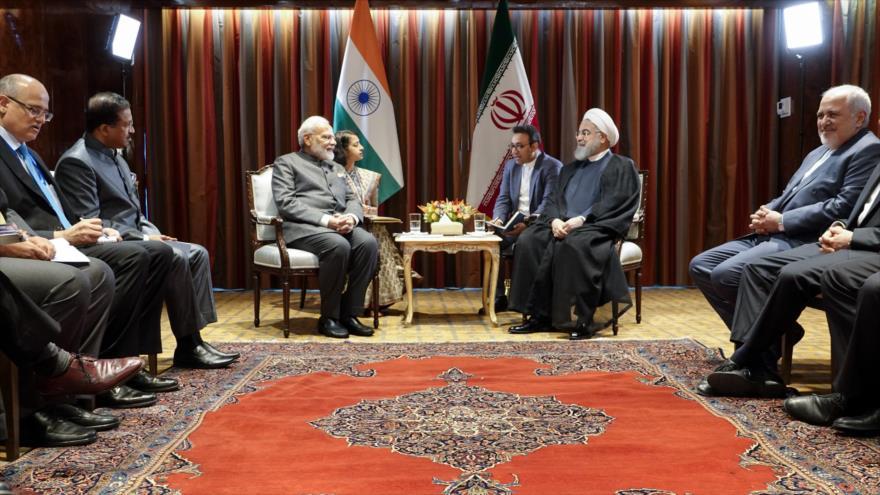El presidente de Irán, Hasan Rohani (dcha.), y premier de La India, Narendra Modi, en una reunión en Nueva York, 26 de septiembre de 2019.