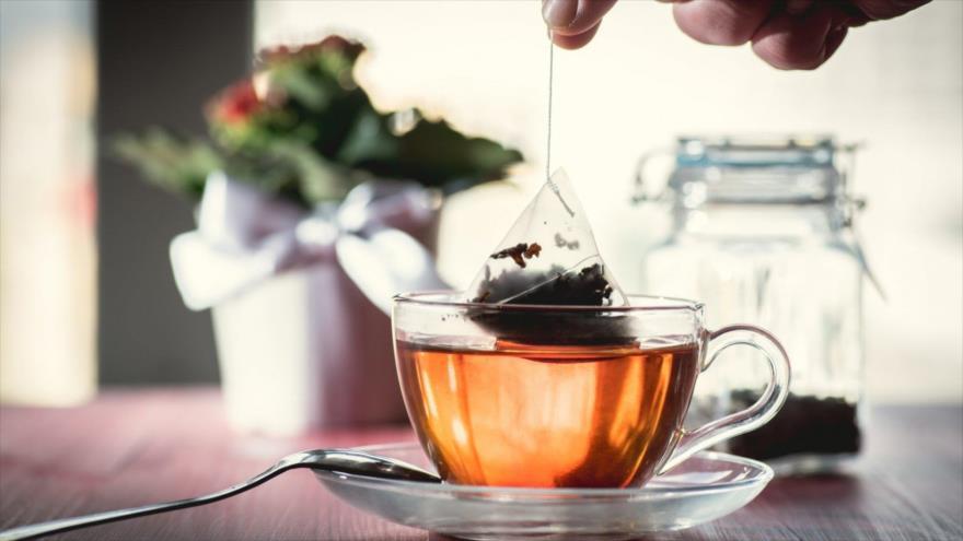 Las bolsitas de té liberan millones de partículas de microplástico en la infusión.