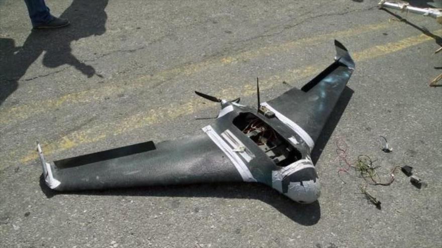 Restos de un avión de terroristas que fue derribado sobre la base aérea de Hmeimim, en la provincia de Latakia, Siria, 16 de agosto de 2018. (Foto: AFP)